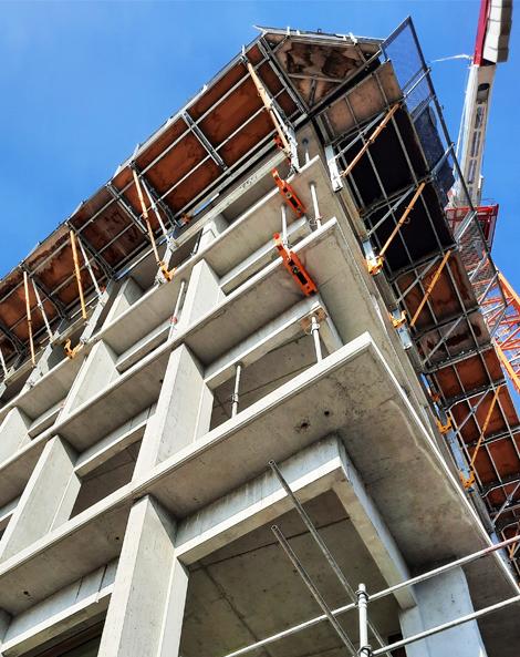 Une plateforme de travail en encorbellement permet de préparer la mise en place des niveaux suivants.