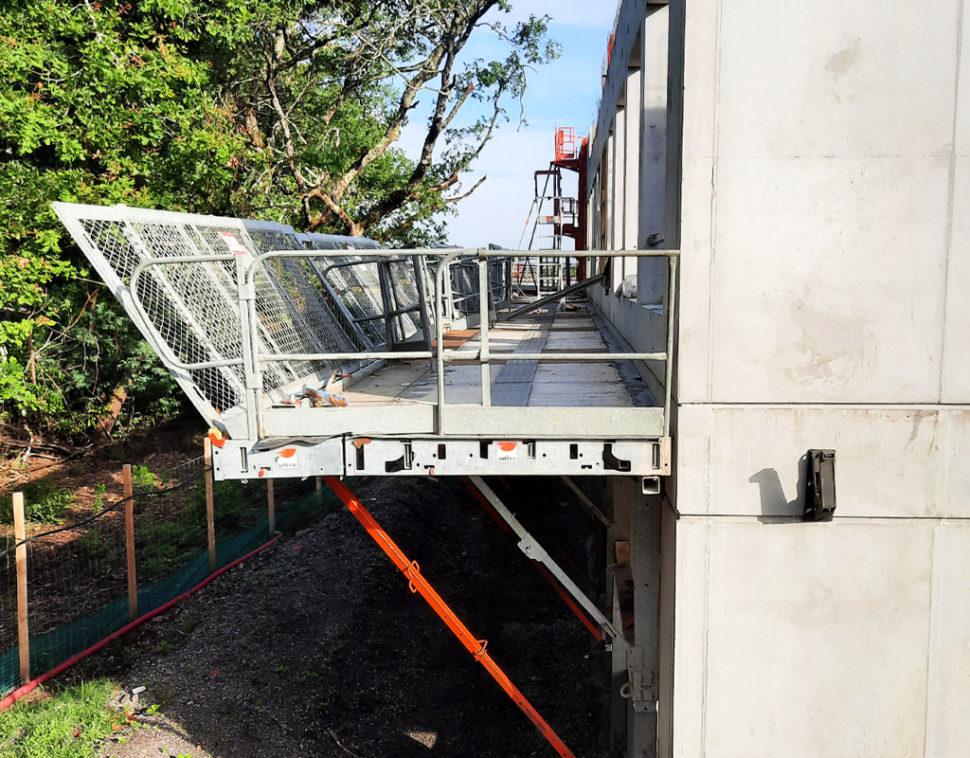 Dans le cas d'un chantier avec rupteurs de ponts thermiques, est-il possible de mettre des plateformes de travail en encorbellement ?